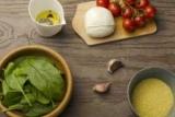 Салат з кускусом, моцарелою, шпинатом і помідорами черрі