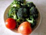 Салат з брокколі і помідор